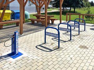 Parcare biciclete cu stație de reparat